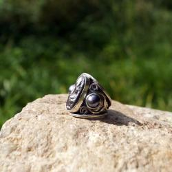 Srebrny pierścionek z ciem,nymi perłami - Pierścionki - Biżuteria