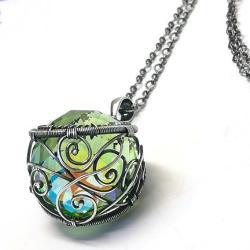 wisiorek z zielonym kryształem - Wisiory - Biżuteria