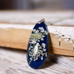 Naszyjnik z kwiatami,granatowa żywica - Naszyjniki - Biżuteria