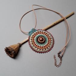 medalion,haft koralikowy,kolorowy - Naszyjniki - Biżuteria