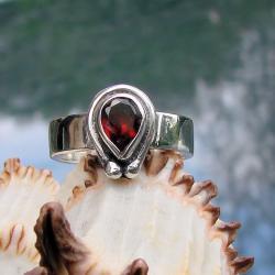 delikatny,klasyczny,oryginalny,z granatem - Pierścionki - Biżuteria