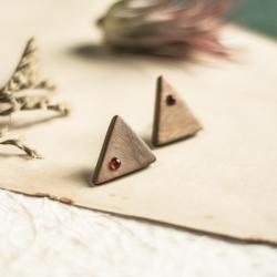 drewniane kolczyki,karneol,trójkąt - Kolczyki - Biżuteria