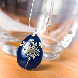 granatowy naszyjnik,srebro,biały bwiatek - Naszyjniki - Biżuteria