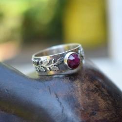 pierścionek,rubin,obrączka,liście,leśna,srebrny - Pierścionki - Biżuteria