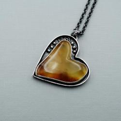 Srebrny wisior z bursztynowym sercem - Wisiory - Biżuteria