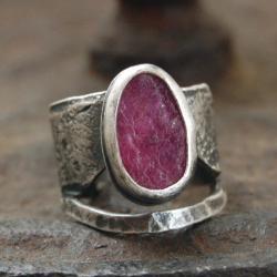 srebrny pierścionek z surowym rubinem - Pierścionki - Biżuteria