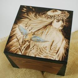 pirografia,kobieta,jemiołuszka - Pudełka - Wyposażenie wnętrz