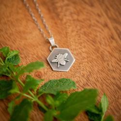 minimalistyczny wisiorek,srebrna pszczółka - Naszyjniki - Biżuteria